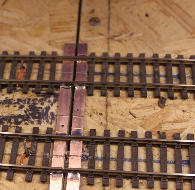 Copperclad PCB used to hold rail ends at baseboard joints